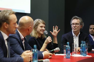 Einen Schwerpunkt der weltgrößten Medizinmesse MEDICA bildet der Bereich Digital Health/ medizinische IT, den Besucher neuerdings zentral in Halle 13 finden. Gut 35.000 Fachbesucher der MEDICA interessieren sich speziell für diesen Angebotsbereich und die Foren wie MEDICA HEALTH IT FORUM oder MEDICA CONNECTED HEALTHCARE FORUM sowie die MEDICA App COMPETITION. http://www.medica.de. Im Rahmen der weltgrößten Medizinmesse MEDICA informieren sich gut 120.000 Fachleute, davon zwei Drittel internationale Besucher, über Innovationen und Weiterentwicklungen aus allen Bereichen der ambulanten und stationären Versorgung. 5.500 Aussteller aus 69 Nationen präsentieren sich zur MEDICA 2019. https://www.medica.de. | One focus of MEDICA, the world's largest medical trade fair, is the Digital Health/Medical IT sector, which visitors can now find centrally in Hall 13. Some 35,000 trade visitors to MEDICA are particularly interested in this sector and the forums such as MEDICA HEALTH IT FORUM or MEDICA CONNECTED HEALTHCARE FORUM as well as the MEDICA App COMPETITION. http://www.medica-tradefair.com. Around 5,500 exhibitors from 69 countries will be showcasing their products and services at MEDICA 2019. Clearly structured, with each market segment assigned its own exhibition hall, MEDICA covers the entire range of medical equipment needs in practices and hospitals. http://www.medica-tradefair.com